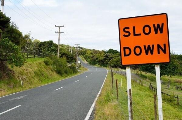 速度を落とせという標識