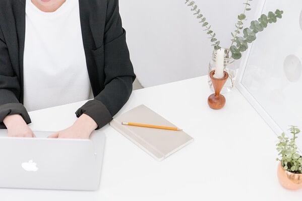 MacBookで仕事をしている