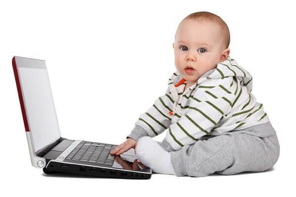 赤ちゃんがパソコンを触っている