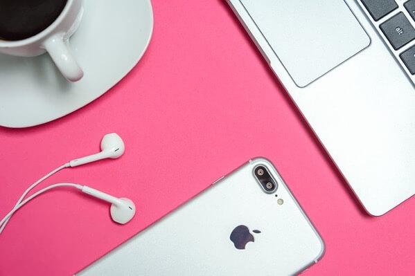 MacBookとiPhoneとコーヒー