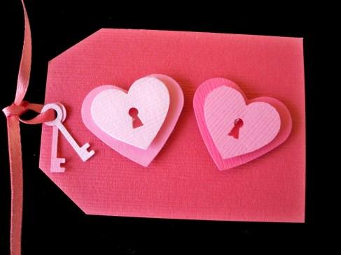 close-up-heart-and-key-gift-tag