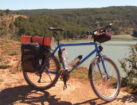 bici con alforjas