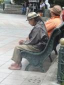 Indígena descalzo