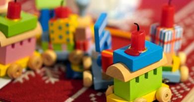 Train Candle Toys Wood  - matthiasboeckel / Pixabay