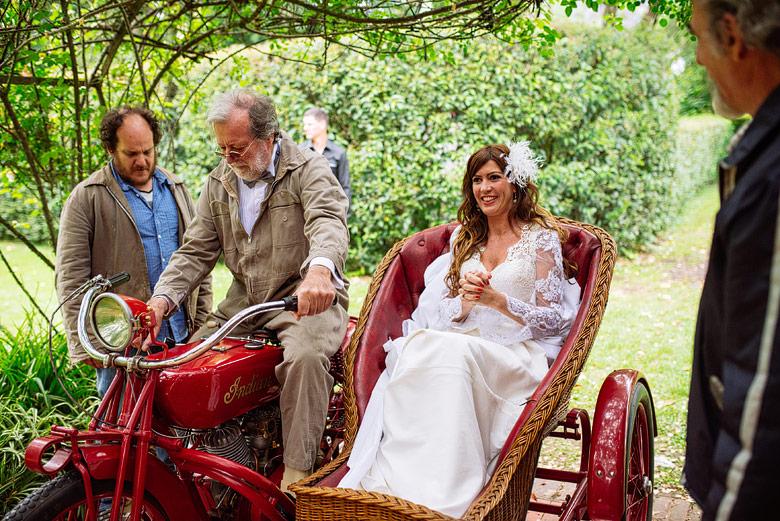 Entrada de la novia en moto antigua