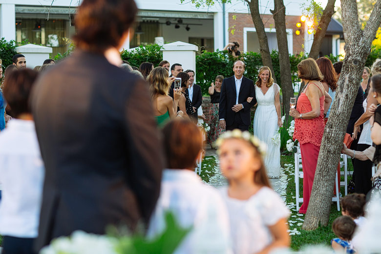 entrada de la novia en ceremonia de dia en astilleros milberg
