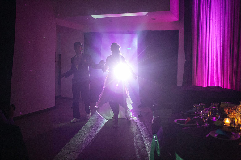 novios entrando a su fiesta de bodas