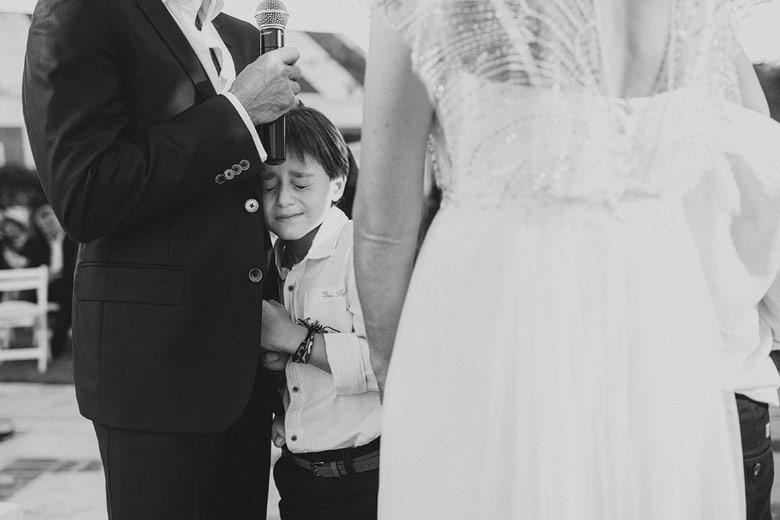niño emocionado en casamiento