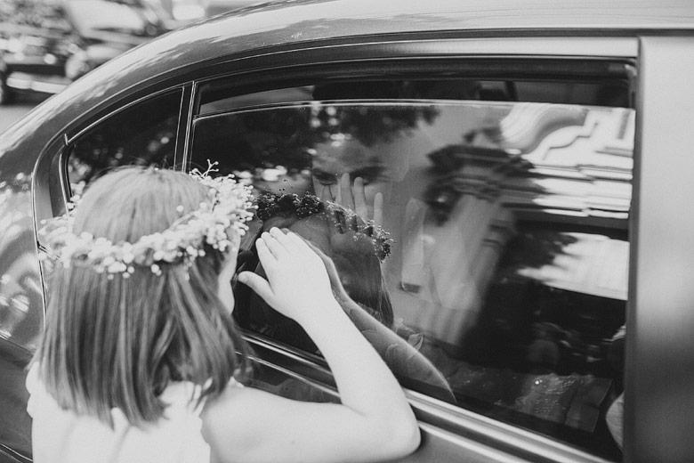novia llegando a la iglesia en auto antiguo