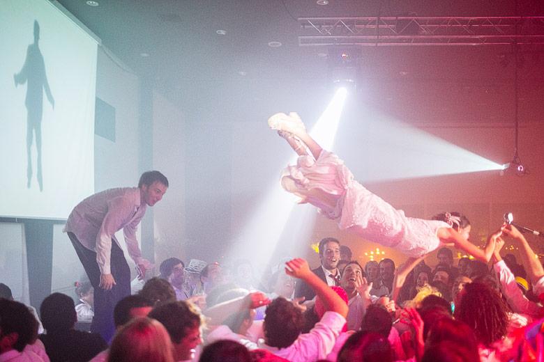 novia saltando al publico en fiesta