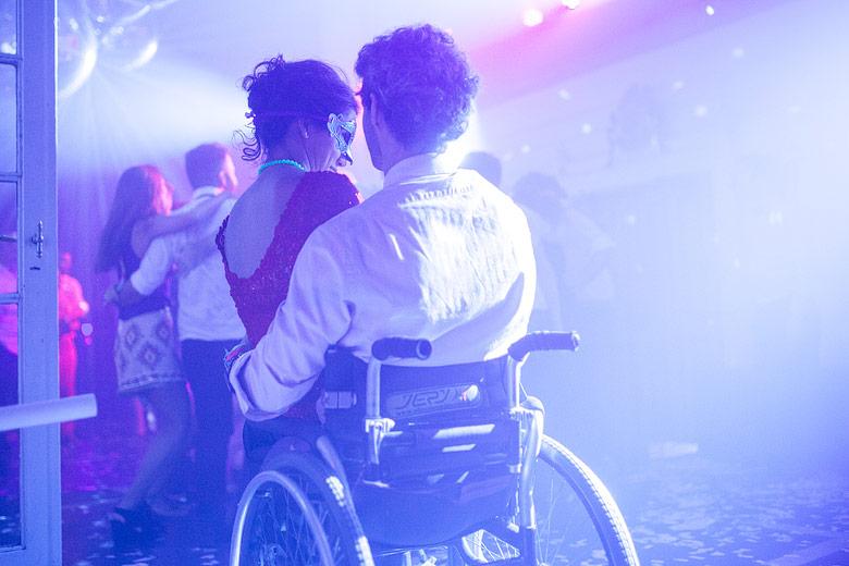muchacho en silla de ruedas en una fiesta