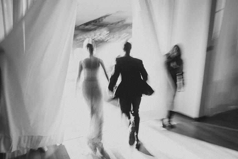 novios entrando a la fiesta de casamiento