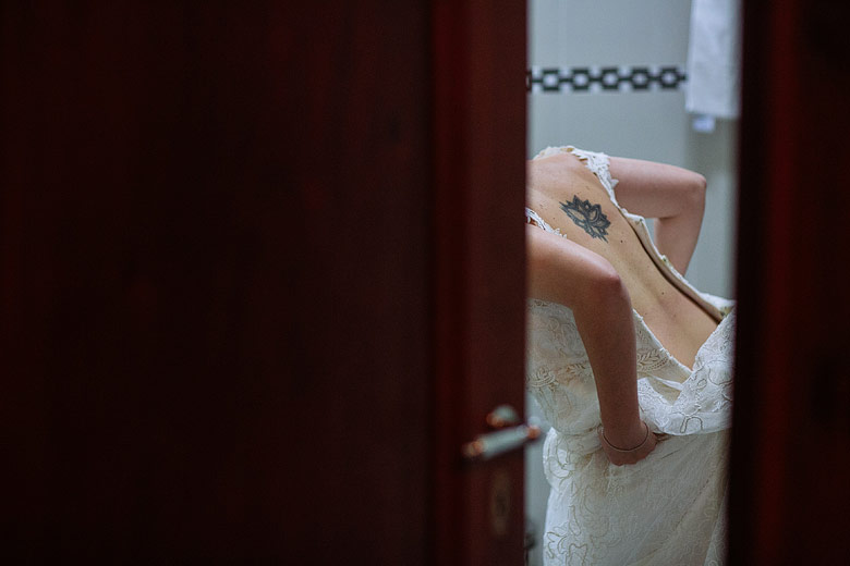 novia cambiandose antes de la boda