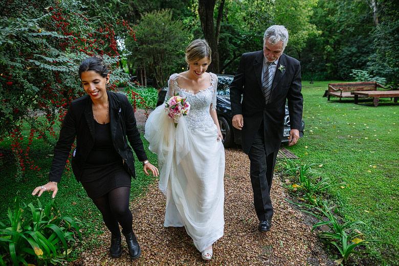 novia entrando a su boda en hortensias