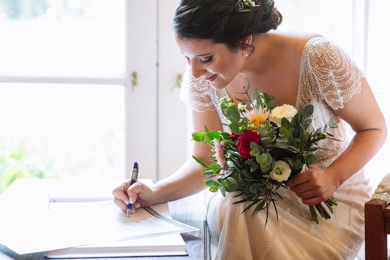 novia firmando ketubah