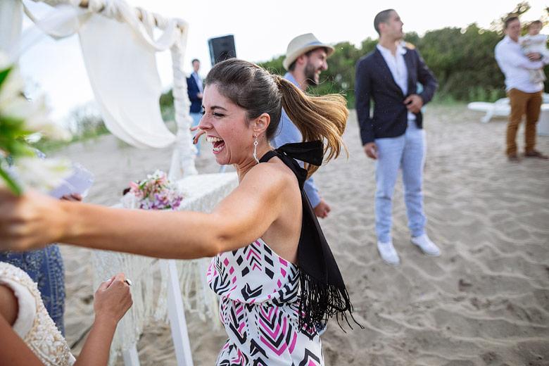 foto espontanea casamiento en la playa