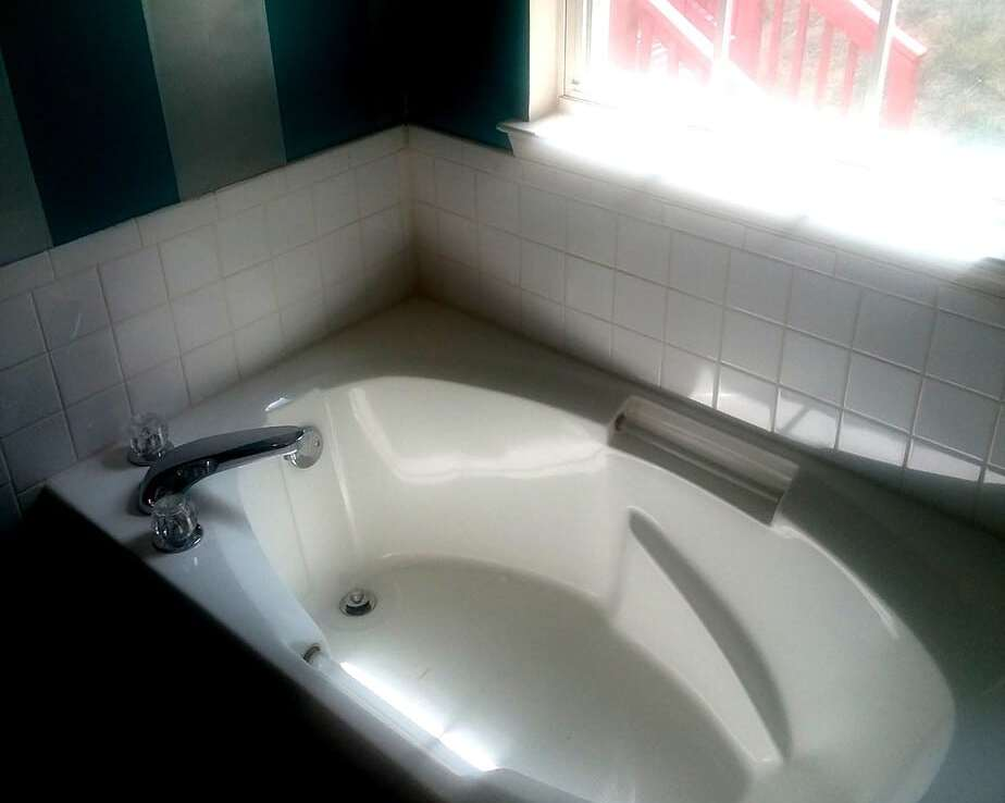 1602 SHADY GLEN DRIVE, DISTRICT HEIGHTS, MD 20747 Master Bathroom Soaker Tub