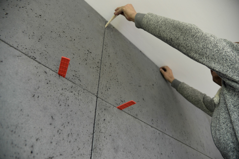 Betonowa ściana w jadalni ozdobą całego salonu. Zobacz TEN efekt! + VIDEO