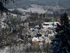 2012_12_08_Klingenthal_oben_Schule_dahinter_Mittelberg