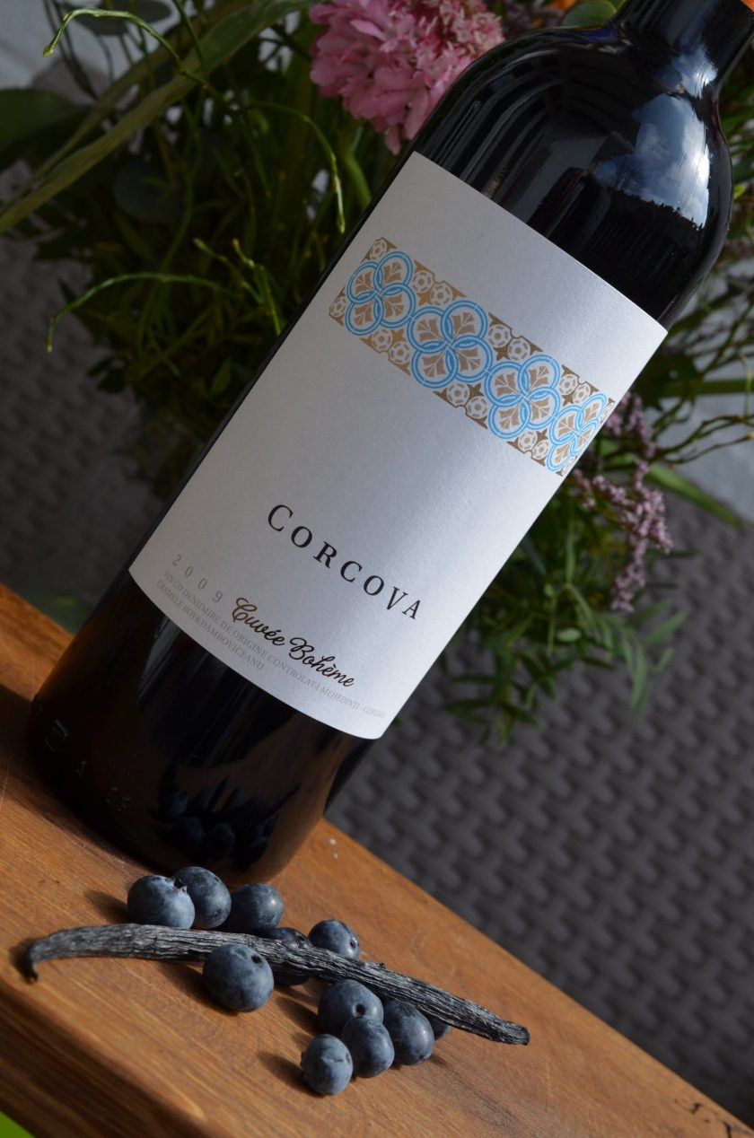 Classic Bordeaux blend from Corcova. Aromas of ripe forest berries, spices, sour cherry and prunes. On the palate the taste is supple, with fine grained tannins and a long finish. Maturation 50% in oak barrels and 50% in RVS for 12 months.