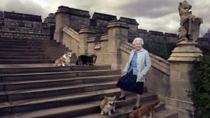 Annie Leibovitz: Dronning Elizabeth udenfor slottet Windsor Castle med sine fire corgis: Willow, Holly, Vulcan og Candy.