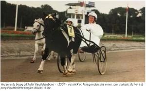 Ved seneste besøg på Jydsk Væddeløbsbane - i 2001 - viste H.K.H. Prinsgemalen sine evner som travkusk, da han i et ponyshowløb førte ponyen «Mulle« til sejr.