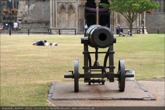 Kanonen und Gefallene vor der Kathedrale