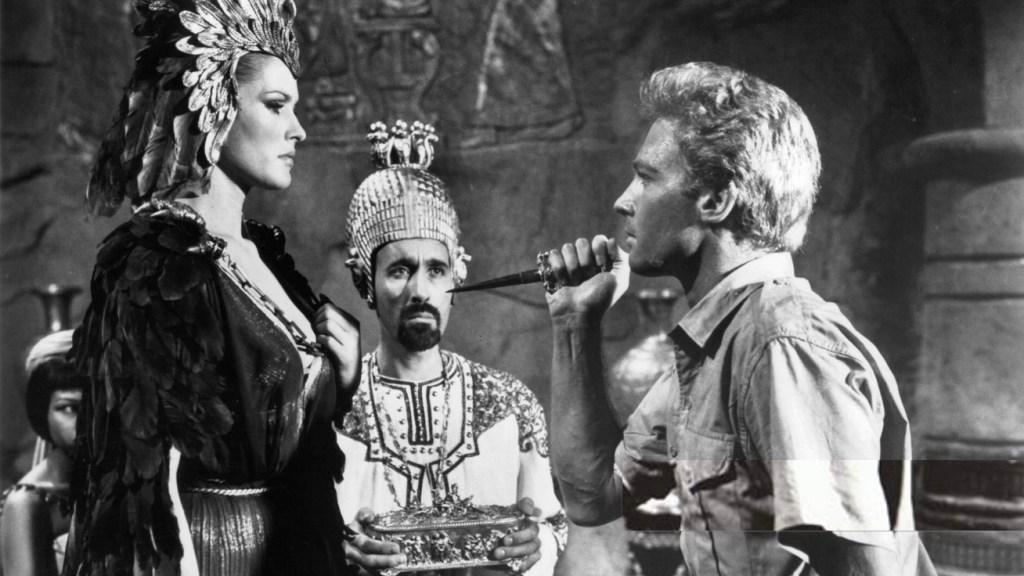 En scen ur She, filmatiserad 1965, med Ursula Undress som Ayesha i titelrollen. John Richardson Som Leo (t.h.). Christopher Lee i bakgrunden. ©MGM