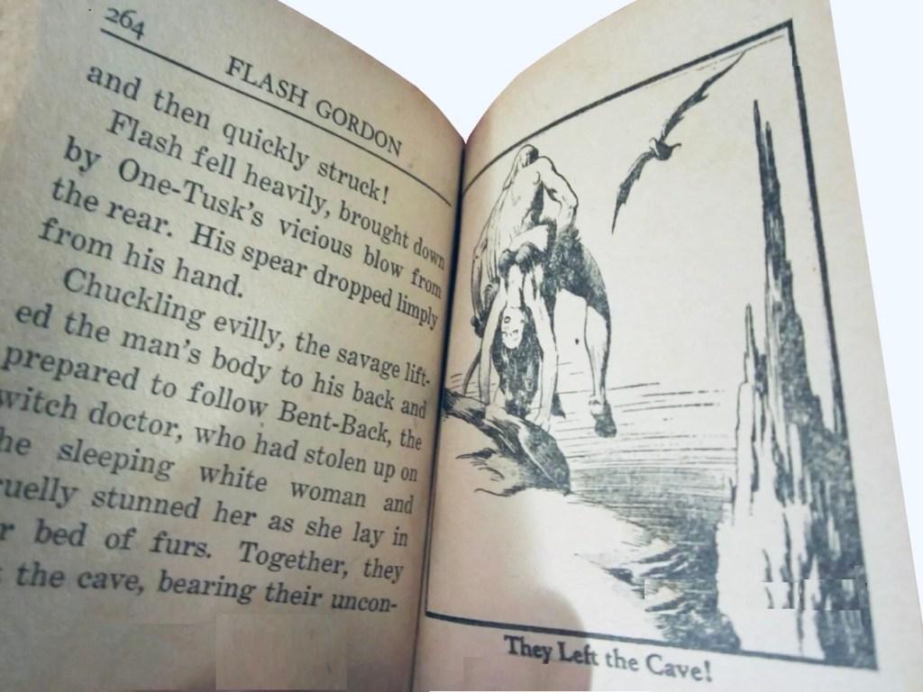 Ett uppslag ur Flash Gordon in the Forest Kingdoms of Mongo (1937), med typiskt beledsagande text intill en illustration ur den tecknade serien. ©Whitman