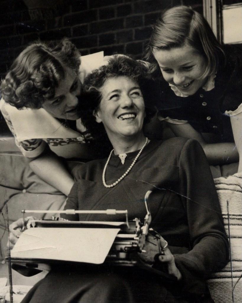 Enid Blyton med döttrarna Gillian (t.v) och Imogen (t.h.). Hon var en av två damer och ett flygaress.