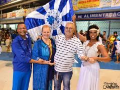 Le Couple de MS e PB No 1 avec des responsables de l'école de Samba
