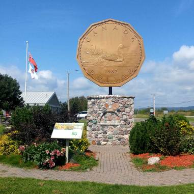 Giant-Loonie-Monument-Roadside-Attractions