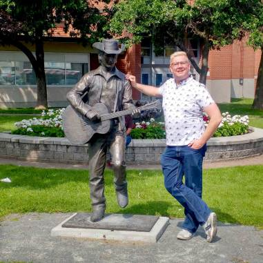 Roguetrippers-haning-with-Stompin-Tom-Connors