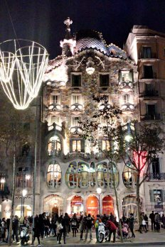 casa-battlo-at-night-visit-barcelona