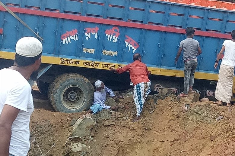 Truck accident in Thaying Khali, an elderly Rohingya seriously injured