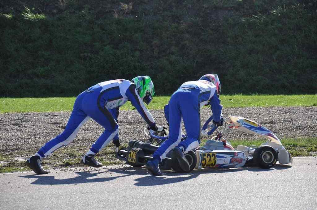 Des pilotes de karting qui s'aident
