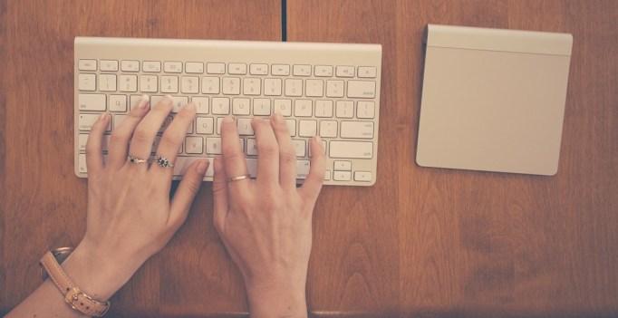 mujer escribiendo un paper de biomedicina
