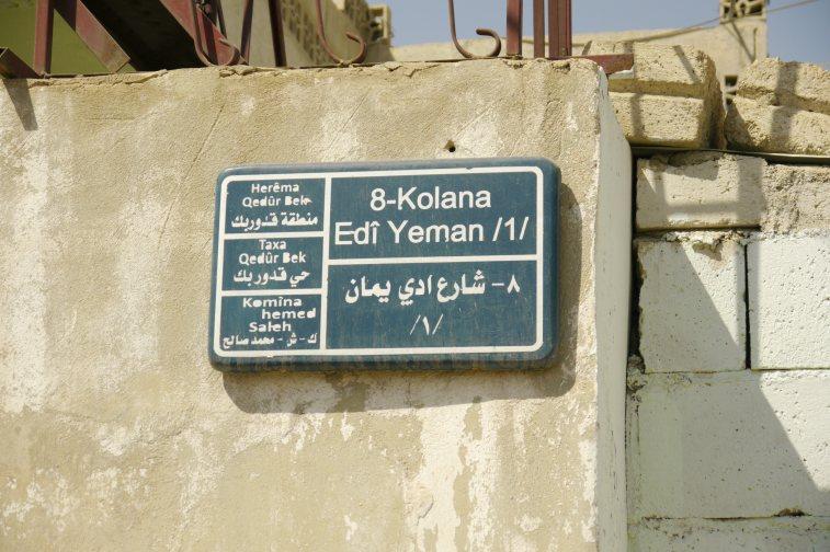 Cartel de la calle donde se indica la comuna y el barrio de la calle