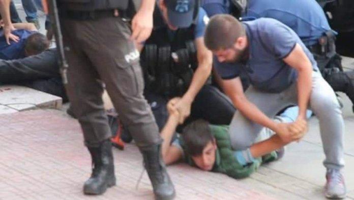 Ankara: Un enfant de 12 ans plaqué au sol et menotté par la police