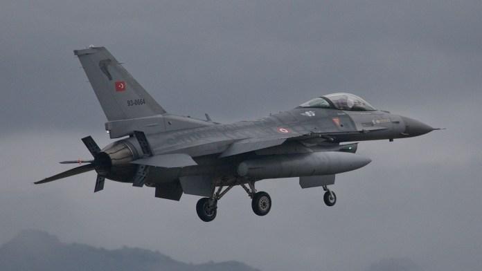 Des jets turcs bombardent Tall Tamr dans le nord de la Syrie