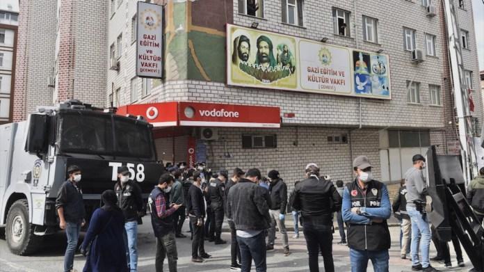 Les autorités turques enlèvent le corps du musicien du groupe Yorum pendant ses funérailles