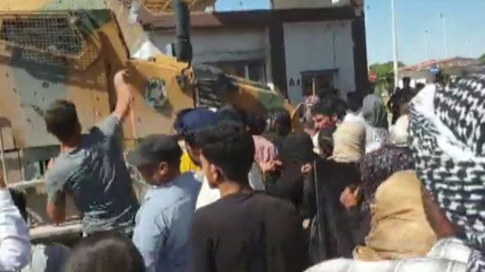 À Girê Spî, la population dans la rue contre les forces d'occupation