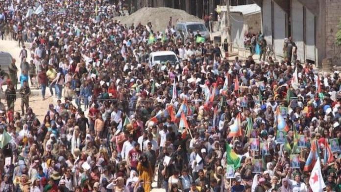 Les habitants de Kobanê sont descendus en masse dans la rue, ce mercredi, pour dénoncer l'attaque aérienne turque qui a coûté la vie, mardi, à trois militantes du mouvement des femmes