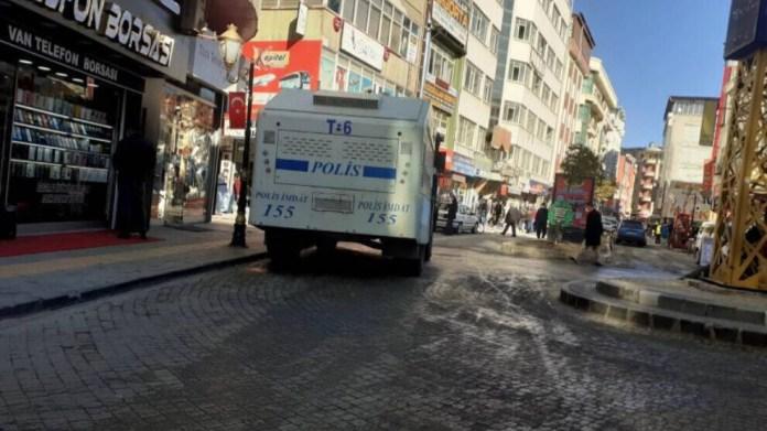 La police turque a fait une descente dans les locaux de l'agence de presse kurde Mezopotamya, à van. Un journaliste a été arrêté.