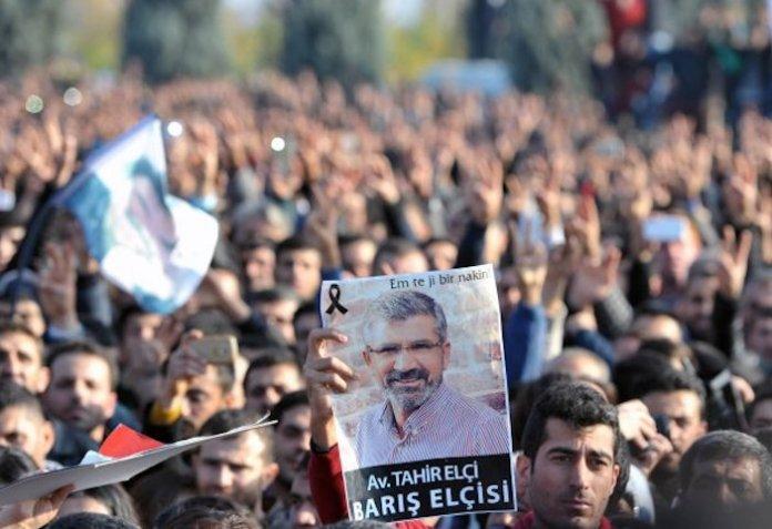 Le 28 novembre 2015, Tahir Elçi, avocat et président du barreau de Diyarbakır, qui a consacré sa vie à défendre des victimes contre la violence et les abus de la répression de l'État turc, a été assassiné à Diyarbakir.