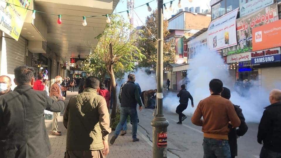 Les protestations pour dénoncer les salaires impayés, la situation économique et le système d'administration du Gouvernement régional du Kurdistan (KRG) se poursuivent aujourd'hui devant la porte de Sara à Sulaymaniyah. La police et le personnel de sécurité ont attaqué les manifestants avec des gaz lacrymogènes pour disperser la foule dans la région.
