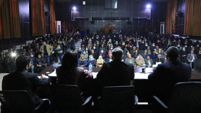 Le jugement a été rendu jeudi à une nette majorité : Sur les 57 jurés composant le tribunal populaire, 42 ont voté pour l'emprisonnement à vie de l'homme reconnu coupable du meurtre de son épouse et de son fils. Le tribunal a accordé par ailleurs 30 millions de lires syriennes aux deux filles du couple pour l'indemnisation du préjudice moral.