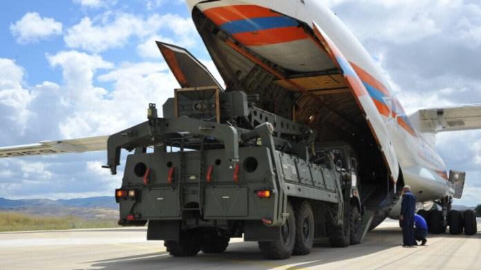 Le Département d'État a imposé des sanctions à la présidence des industries de défense de la République de Turquie (SSB) conformément à l'article 231 de la loi sur la lutte contre les adversaires de l'Amérique par le biais de sanctions (CAATSA) pour avoir sciemment conclu une transaction importante avec Rosoboronexport, la principale entité d'exportation d'armes de la Russie, par l'achat du système de missiles sol-air S-400.