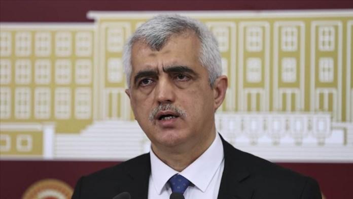 Le député destitué de Kocaeli, Ömer Faruk Gergerlioglu, a été placé en détention dans la soirée de vendredi. La police est venu le chercher manu militari dans son appartement à Ankara.