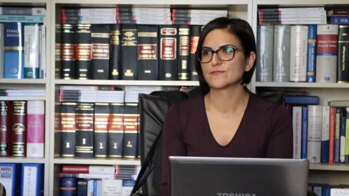 Abdullah Öcalan est toujours en isolement sur l'île-prison d'Imrali. L'avocate Cemile Turhallı explique en quoi cela contredit la constitution turque ainsi que le droit international.